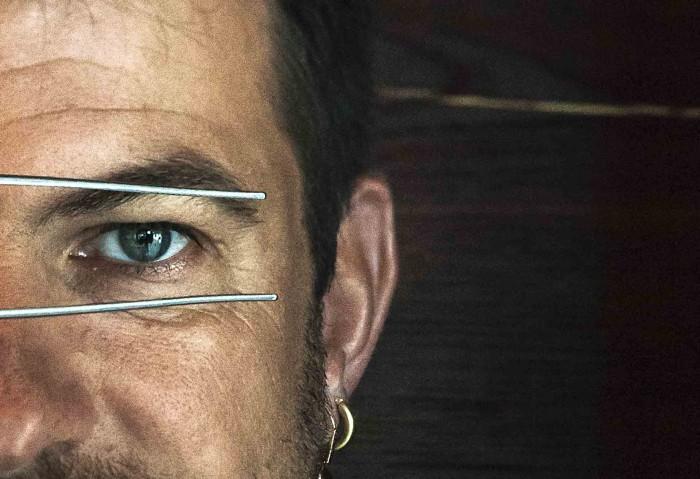 oeil bleu du chef étoilé Eric Guerin en gros plan avec sa pince de cuisinier