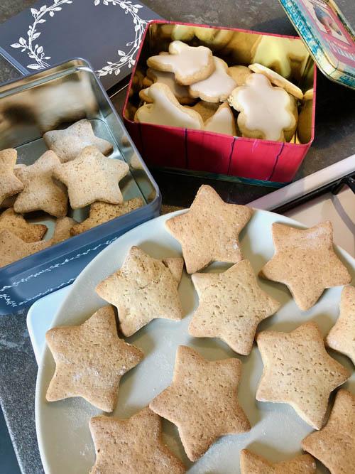 biscuits parfum mélange quatre épices et cannelle avec un glaçage aux zestes de citron vert
